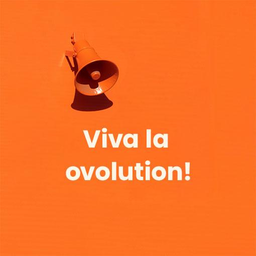 Lautsprecher an Wand mit Viva la ovolution als Text